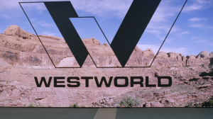 O logo que Logan e William vêem ao chegar em Westworld é diferente do que aparece na companhia.