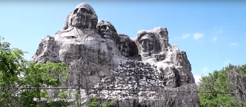 Foram 25 milhões de dólares gastos nessa réplica do monte Rushmore. Vai entender.