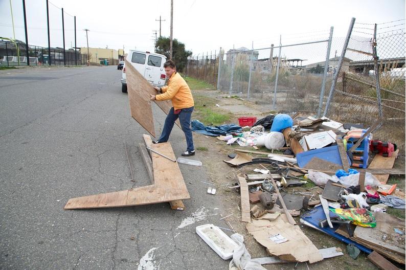 artista-transforma-lixo-casa-moradores-rua-2