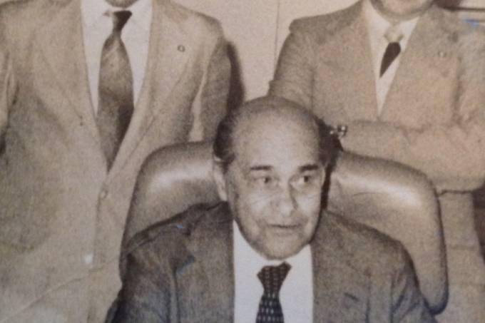 Deputado_Jose_Pereira_da_Silva_ao_lado_do_governador_Tancredo_Neves,_juntamente_com_um_dos_vice_lideres_do_governo
