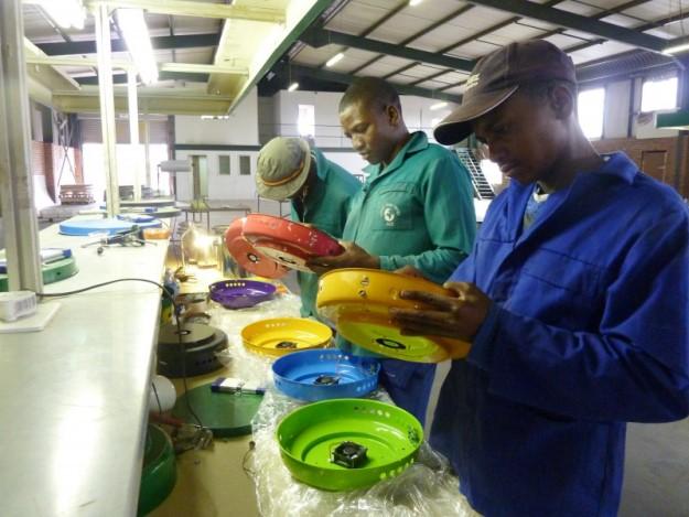 fogao-portatil-sustentavel-movido-biomassa-leva-saude-gera-economia-africa-fabrica-625