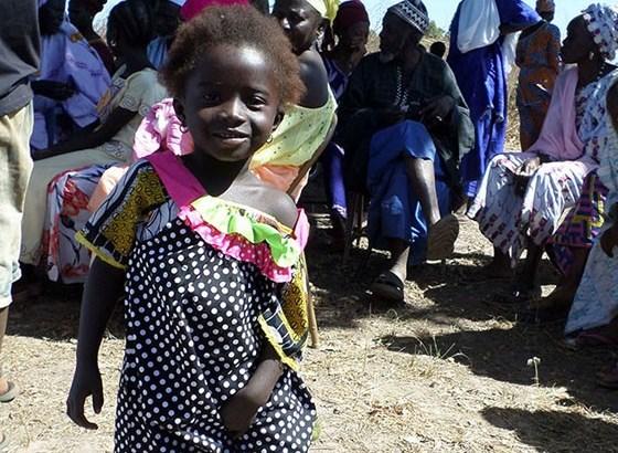 idosa-99-anos-costura-vestido-dia-criancas-carentes-africa-560-3