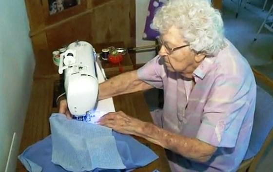 idosa-99-anos-costura-vestido-dia-criancas-carentes-africa-560