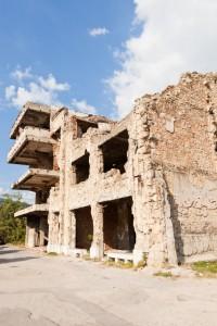 Em cidades onde croatas protagonizaram atrocidades, como Mostar, alguns prédios permanecem destruídos. Foto: traveler1116   iStock