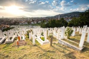 Parques que circundavam a capital bósnia foram transformados em cemitérios. foto: Riccardo_mojana   iStock