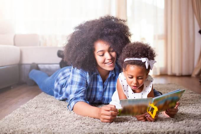 Quer fortalecer sua relação com seus filhos? Leia livros de papel para eles