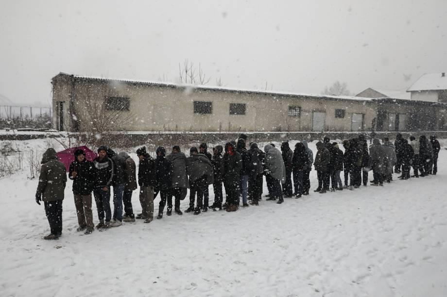 <span>Refugiados fazem fila para receber comida em Belgrado, na Sérvia.</span>