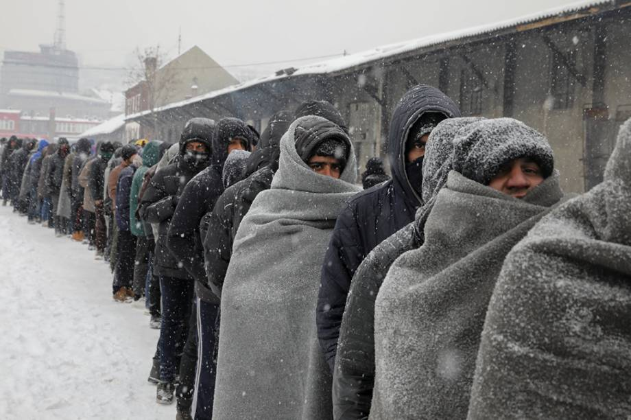 Refugiados fazem fila para receber comida em Belgrado, na Sérvia. Essas fotografiasforam comparadas às imagens de prisioneiros alemães em Stalingrado, em 1943.