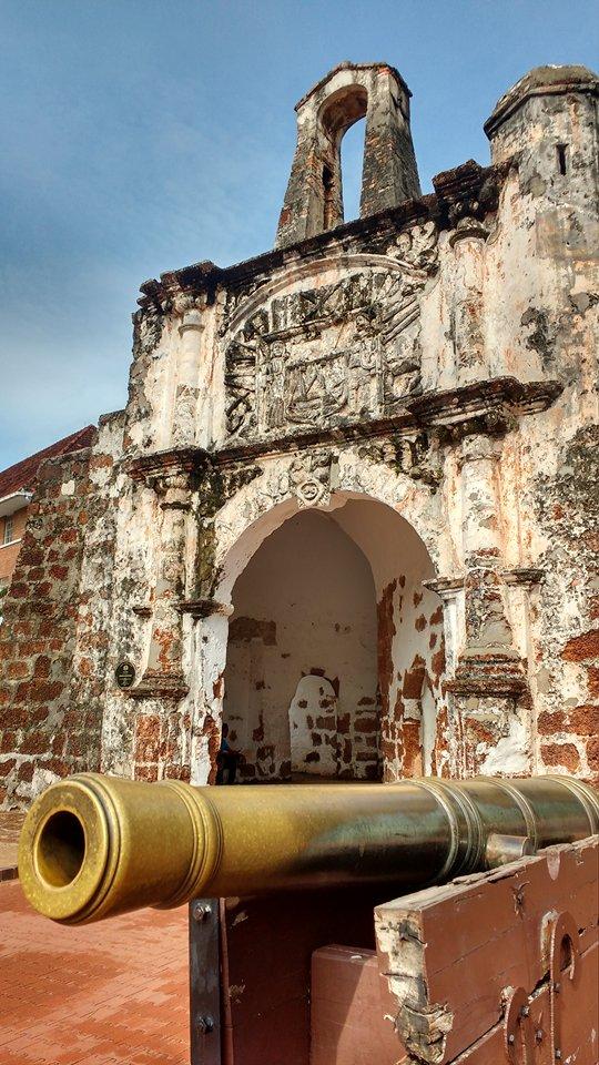 Dando cumprimento às ordens do Rei Manuel I, foi construída uma fortificação em posição dominante no alto de um monte (com função principal de defesa), onde antes se erguia a mesquita da cidade. Ela ficou para a história como 'A Famosa', hoje um dos principais cartões postais de Malaca, ao lado da Porta de Santiago.