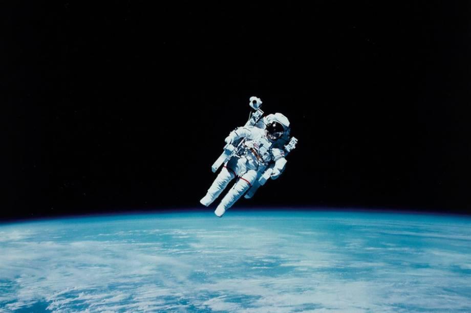 Este é<span>Bruce McCandless, e a foto em questão não é só linda; é histórica. Esse é o registro da primeiravez que um astronauta flutuou no espaço sem estar ligado a uma nave. O feito foi realizado em 1987, quando Bruce fazia parte da missão<em>TS-41-B</em>abordo da nave<em>Challenger</em>.</span>