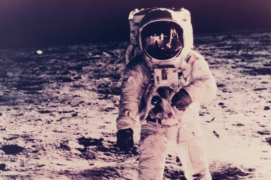 Quem protagonizaimagem é<span>Buzz Aldrin, o segundo homem a pisar na Lua. Mas se você olhar com atenção, dá para enxergar o primeiro também -Neil Armstrong aparece refletido no capacete do companheiro</span>