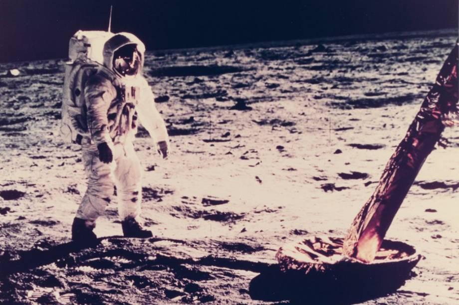No registro, Neil Armstrong aparece perto de uma das bases do módulo lunar. As pernas de seu traje eram folhadas à ouro.