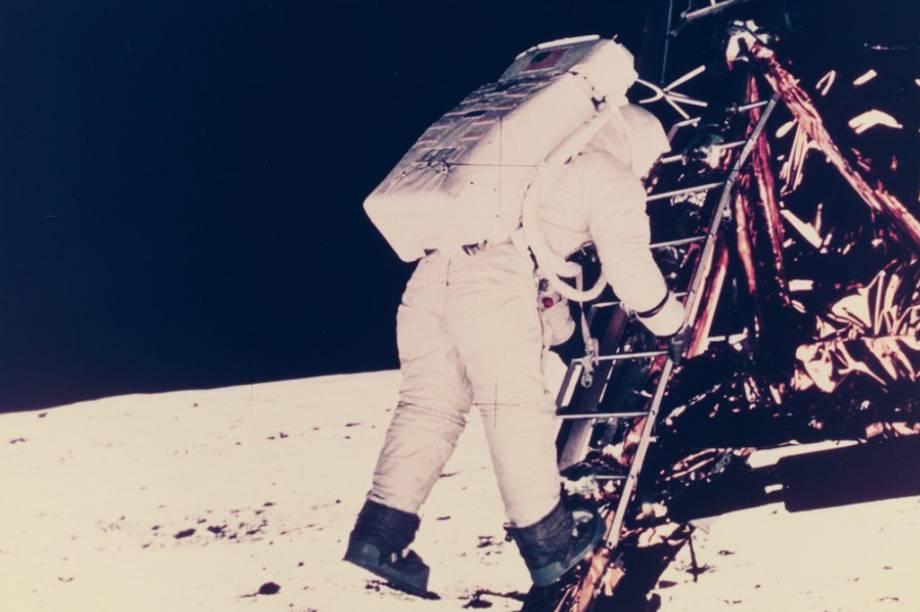 O fotógrafo por trás dessa foto é o próprio Neil Armstrong. Ele eternizou o momento em que Aldrin descia da <em>Apollo 11.</em>