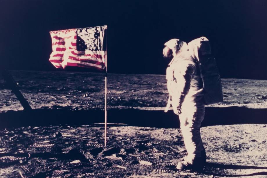 Aqui, Buzz Aldrin aparece ao lado da bandeira americana, mas a imagem está repleta de detalhes curiosos. No canto inferior esquerdo, por exemplo, é possível notal alguns cabos no chão. Eles foram usados nas trasmissões de TV da <em>Apollo 11</em>, feitas direto da Lua