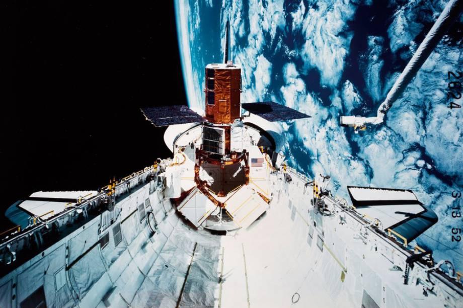 Este é o exterior da nave <em>Challenger.</em>À direta, é possível enxergar o braço mecânico<em>Canadarm.</em>