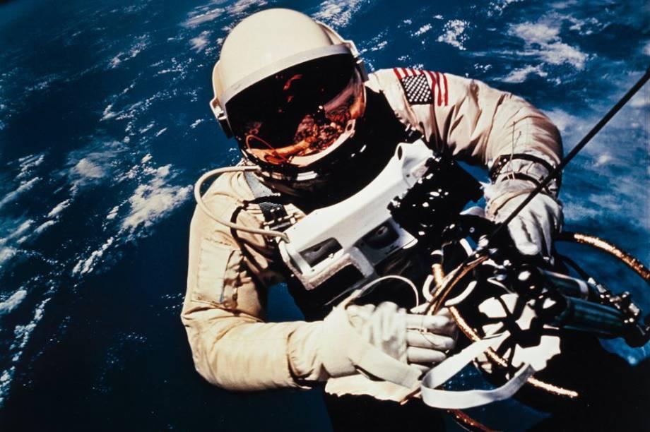 Ed White, em 1965, se tornando o primeiro astronauta a sair de uma nave espacial em plena órbita.
