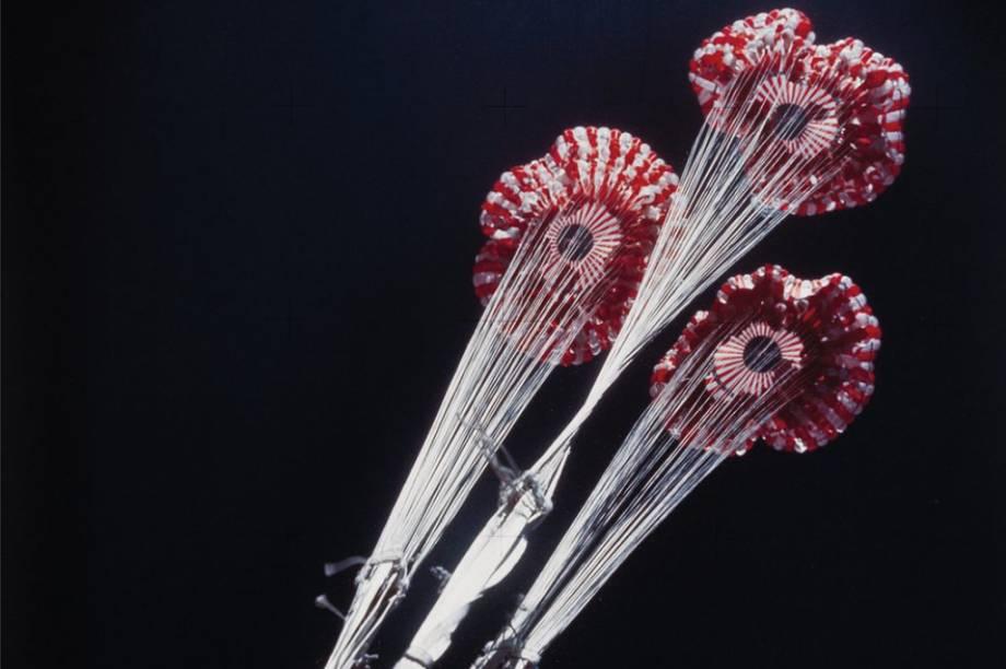 Conhecidos como<em>Splashdowns, </em>os paraquedas em questão foram ativados para que os tripulantes da missão<em>Skylab 3</em> pudessem retornar para a Terra em segurança, em 1973.