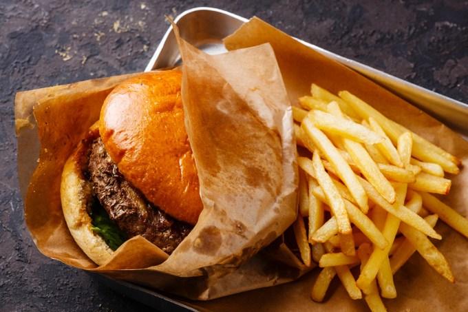 Embalagens de fast food soltam produtos químicos na comida