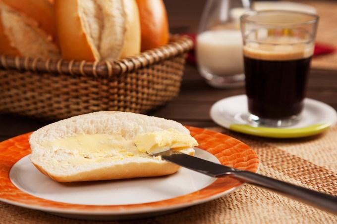 Pão com manteiga e café
