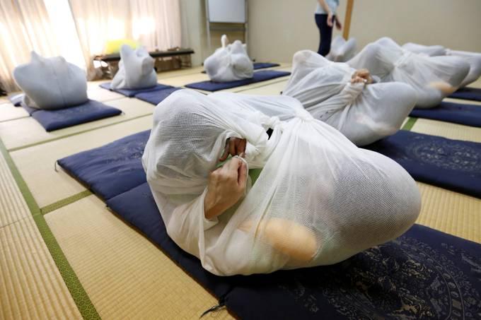 Terapia japonesa embrulha pessoas para que elas se sintam de volta ao útero