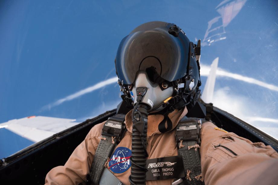 Carla Thomas é fotógrafa da Nasa. Ela tirou essa selfie enquanto a piloto Nils Larson atingia a velocidade do som, de dentro de um jato F/A-18. A ideia era analisar se havia alguma diferença perceptível ao ficar tão rápido com um ou dois passageiros a bordo da aeronave. Ao mesmo tempo, a Nasa checava os impactos dessas explosões sônicas no solo.