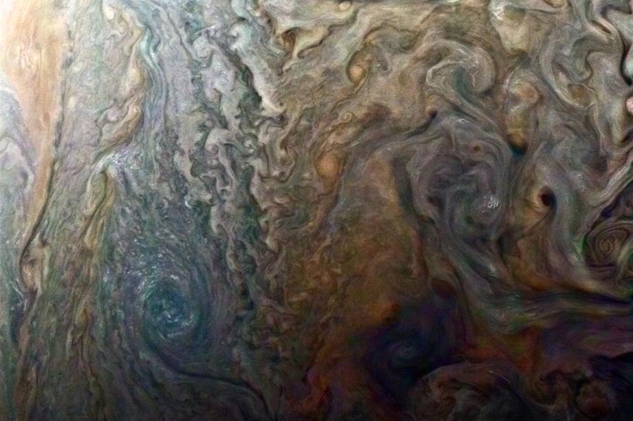 Esta foto mostra Júpiter. Mais especificamente, mostra como o planeta possui diversas (e simultâneas) tempestades internas. Para dar o efeito que você vê abaixo, o astrônomo amador Roman Tkachenko realçou cores das imagens captadas pela sonda Juno. O resultado ficou tão bom que a própria Nasa publicou a imagem em seu site.