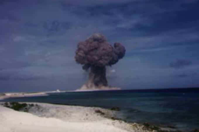 Novo vídeo mostra teste nuclear desintegrando casa, em 1953