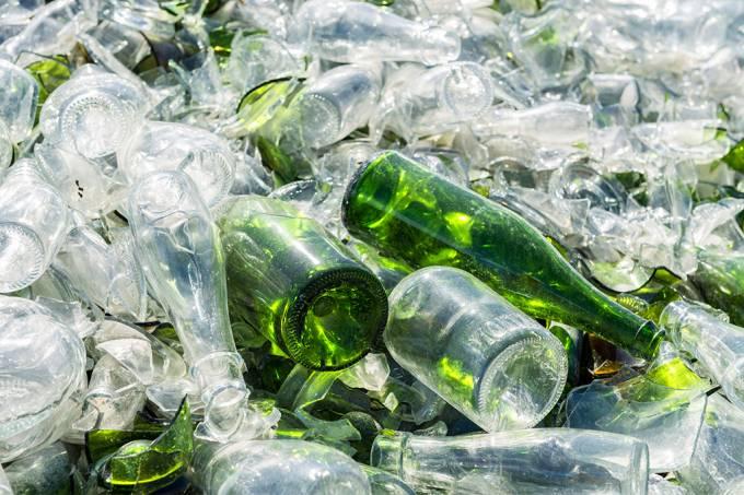 Cientistas desenvolvem bateria a partir de garrafas de vidro usadas