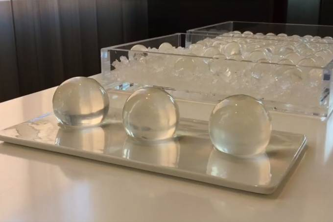 Esfera de água comestível pretende substituir garrafas plásticas