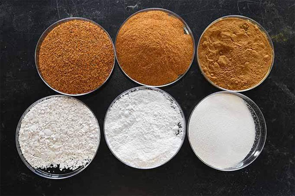 Peles de tomate secas e moídas e cascas de ovo após processamento grosseiro, médio e fino, antes de serem adicionadas à borracha. (Kenneth Chamberlain / Ohio State University/Divulgação)