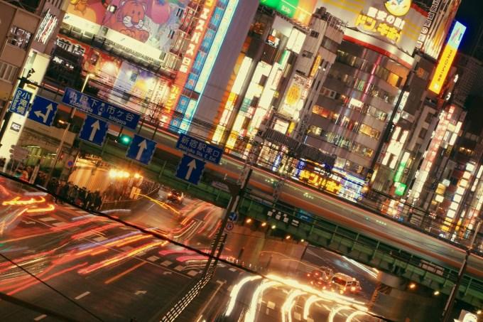 Ruas de Tóquio iluminadas