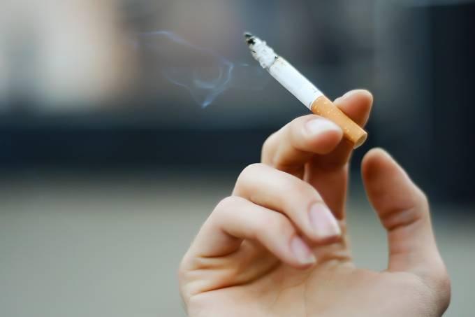 É verdade que ficar perto de fumante é pior do que fumar?