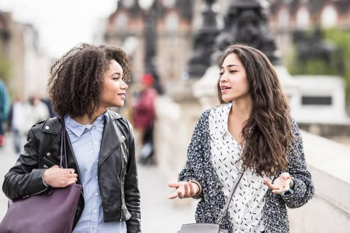 Conversa entre duas mulheres