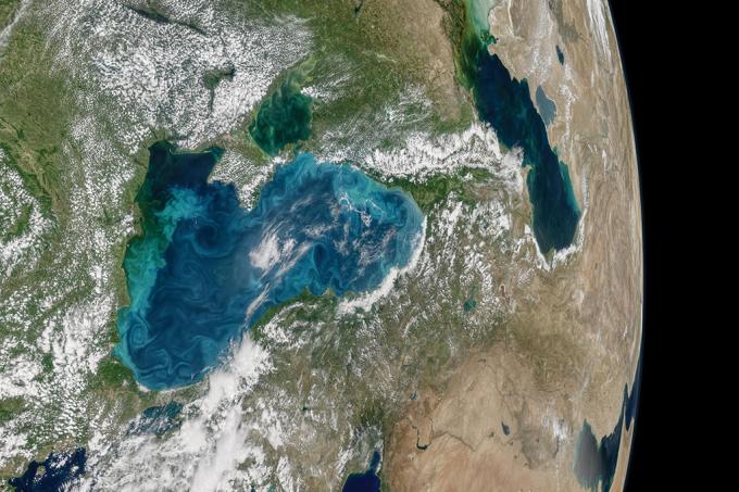 O mar negro está turquesa