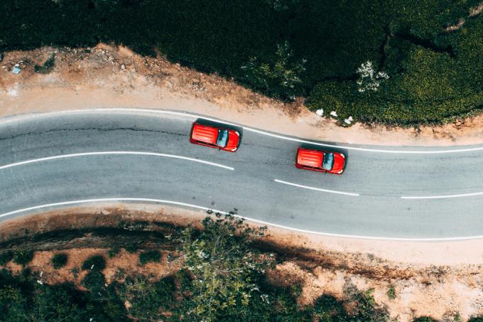 Seguir um amigo de carro torna a viagem mais perigosa