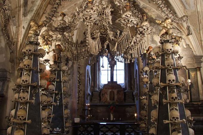 A capela católica decorada com 40 mil esqueletos humanos