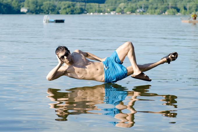 A que velocidade eu poderia correr na água sem afundar?