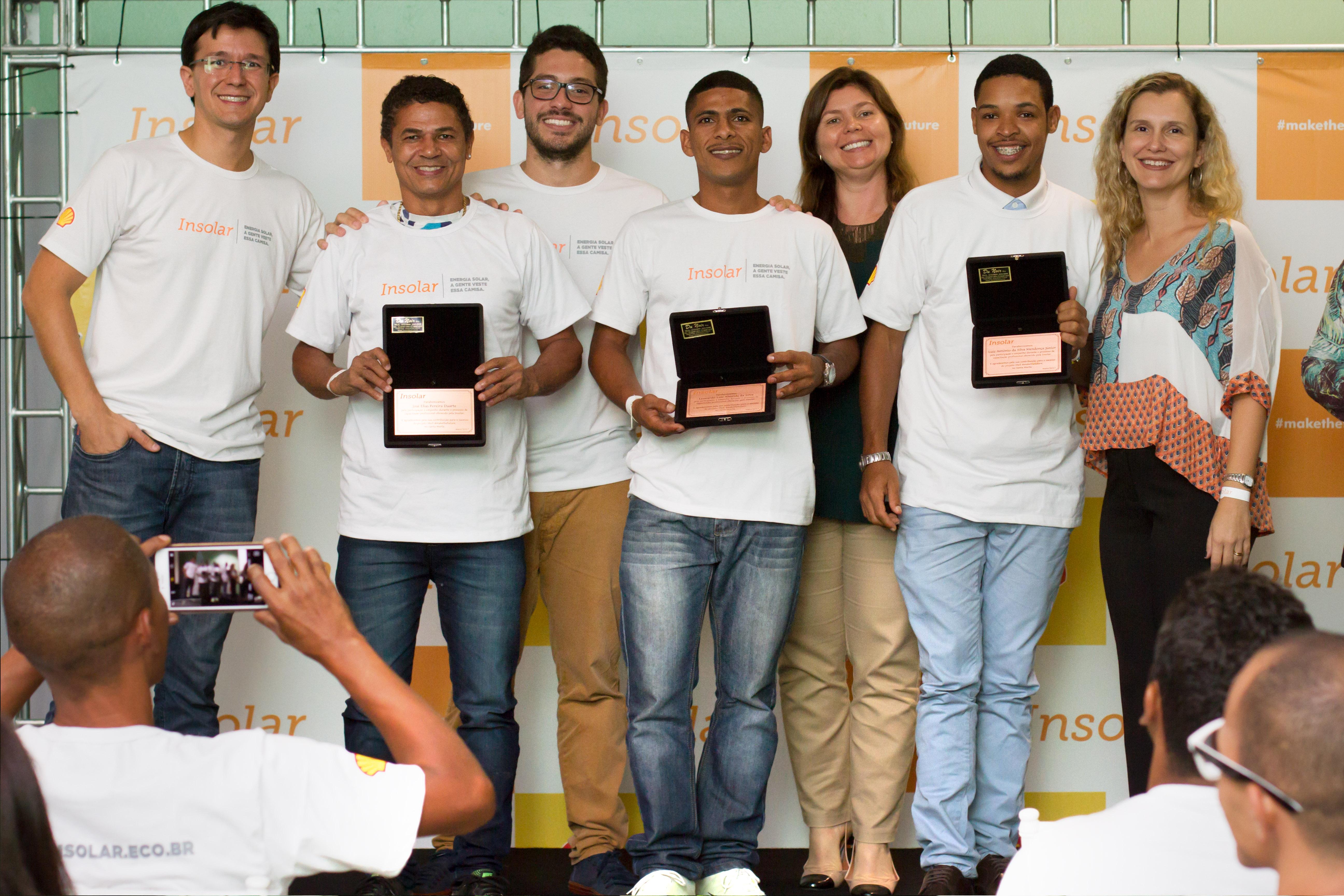Alguns dos especialistas em reparos elétricos na cerimônia de formatura da turma. O curso também foi fruto da parceria entre Insolar e Shell