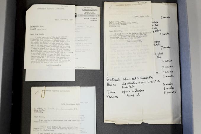"""""""Eu detesto a América"""": encontrada em Manchester gaveta cheia de cartas de Alan Turing"""