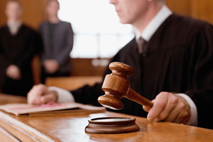 Por que no Brasil o juiz interroga o suspeito? Não deveria ser a polícia ou um promotor