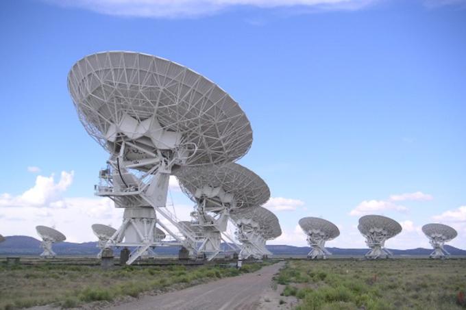 Projeto de busca de ETs de Hawking detecta 15 sinais de rádio suspeitos a 3 bilhões de anos-luz da Terra