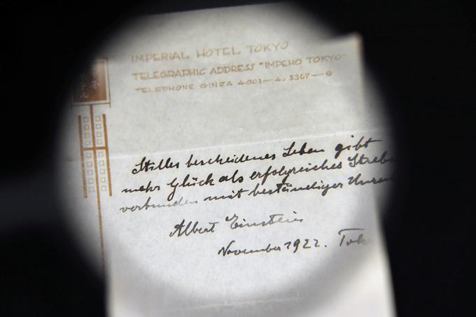 Bilhete escrito a mão por Albert Einstein é leiloado por 1,33 milhões. De libras