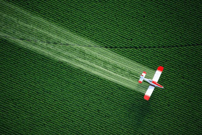 Quantos quilômetros por litro percorrem os aviões?