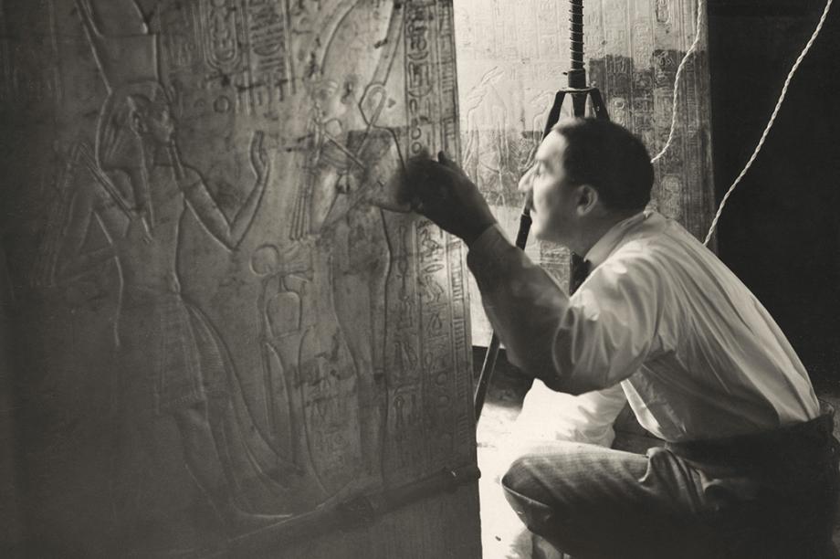 O arqueólogo Howard Carter é fotografado olhando pela porta da Tumba de Tutancâmon, em 1924.