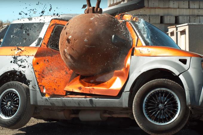 Carros sendo destruídos por uma bola de 4 toneladas em slow-motion