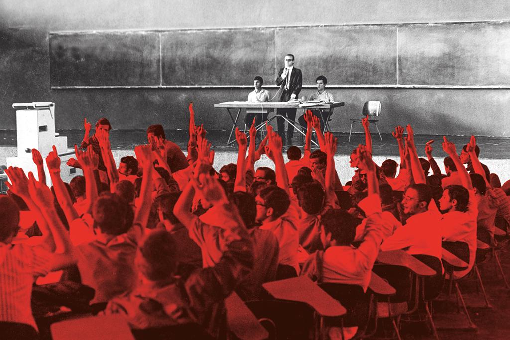 Estudantes da USP fazem assembleia para organizar uma passeata contra a ditadura, em março de 1968.