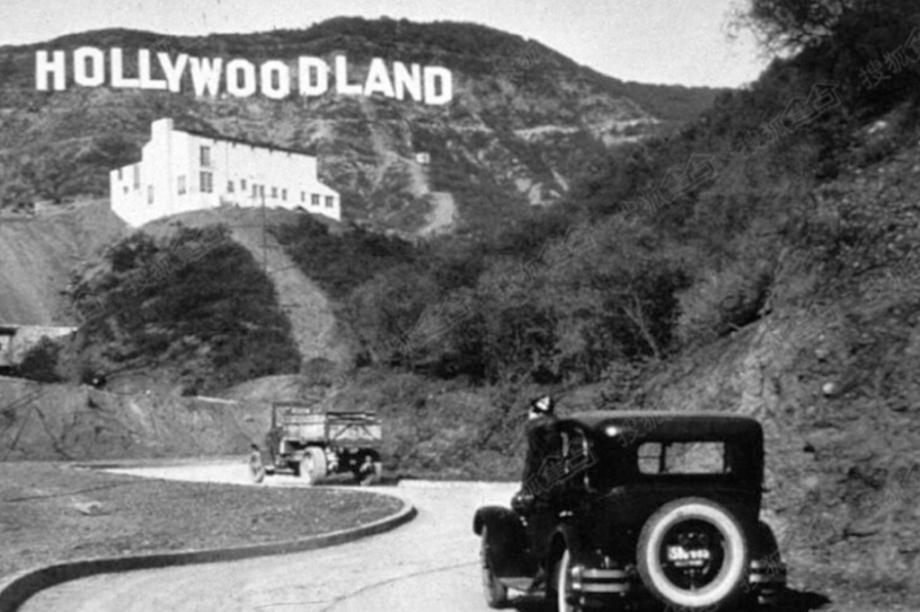 O letreiro de Hollywood, em 1923, pouco depois da instalação, quando ainda dizia Hollywoodland.