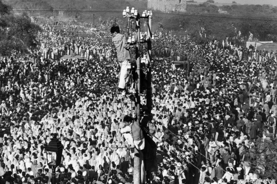 Multidão reunida para o funeral de Mahatma Gandhi, em 1948.