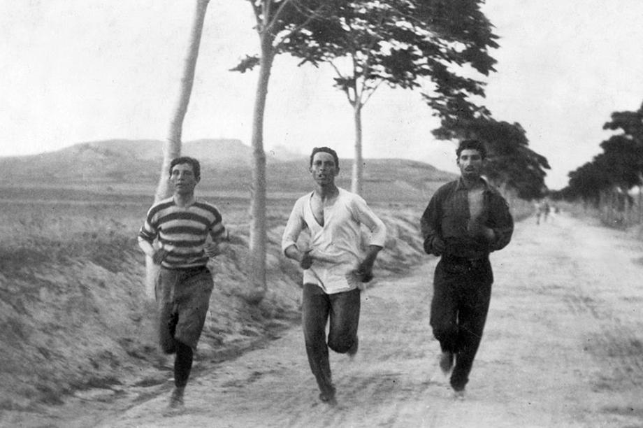 Três homens participam da Maratona da primeira edição dos Jogos Olímpicos modernos, em 1896.