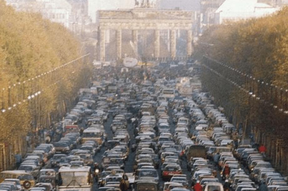 Engarrafamento no Portão de Brandemburgo, no primeiro sábado após a queda do Muro de Berlim.